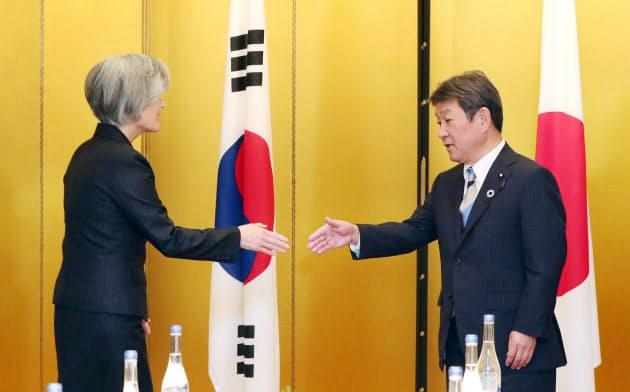 会談を前に、握手する茂木外相(右)と韓国の康京和外相(23日、名古屋市)=代表撮影