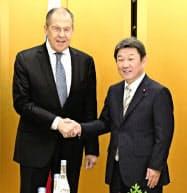 会談前に握手するロシアのラブロフ外相(左)と茂木外相(22日、名古屋市)