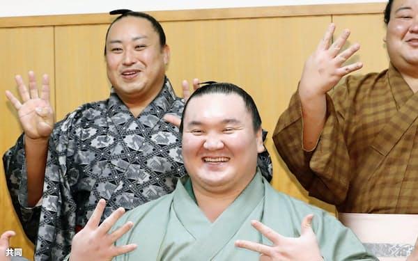 43度目の優勝を決め、笑顔でポーズをとる白鵬=福岡国際センター