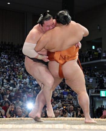 白鵬(左)は御嶽海を外掛けで下し、4場所ぶり43度目の優勝を決める=時事