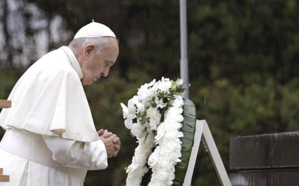 長崎市の爆心地公園で黙とうを捧げるローマ教皇フランシスコ=AP