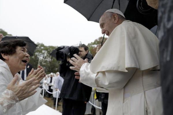 長崎市の爆心地公園で、集まった人たちに笑顔でこたえるローマ教皇フランシスコ=AP