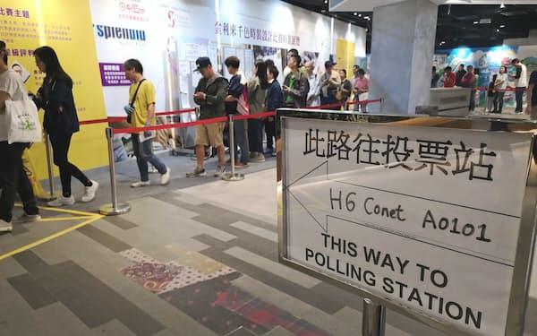 香港の区議会議員選挙で投票所に並ぶ人たち(24日、香港)
