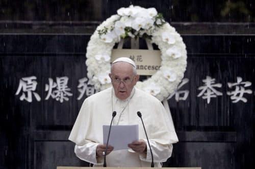 「人の心にある最も深い望みの一つは、平和と安定への望みです」と語ったローマ教皇フランシスコ(24日、長崎市の爆心地公園)=AP