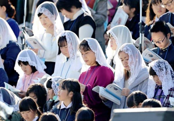 ミサに参加した信徒ら(24日午後、長崎市の県営野球場)