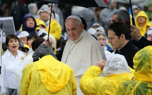 核兵器に関するメッセージを述べ、爆心地公園を後にするローマ教皇フランシスコ(24日午前、長崎市)