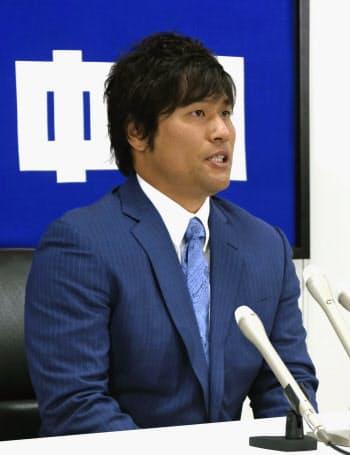 契約更改交渉を終え、記者会見する中日・平田(24日、ナゴヤ球場)=共同
