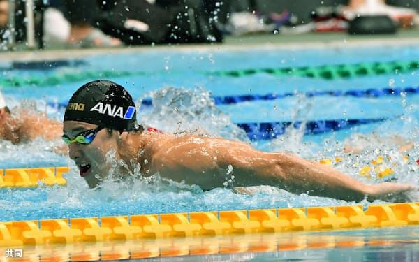 男子200メートル個人メドレーを自己ベストで制した瀬戸大也のバタフライ(24日、東京辰巳国際水泳場)=共同