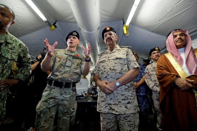 マナマの米軍基地で、米国主導の有志連合の発足式典に参加した関係者ら(11月7日)=ロイター