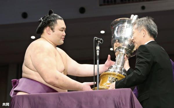 年間最多勝を受賞し、トロフィーを受け取る朝乃山(24日、福岡国際センター)=共同
