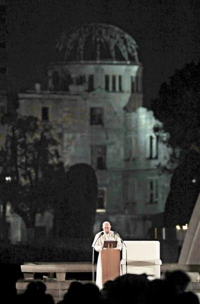 原爆ドームを背に広島市の平和記念公園で演説するローマ教皇フランシスコ(24日、広島市の平和記念公園)=共同