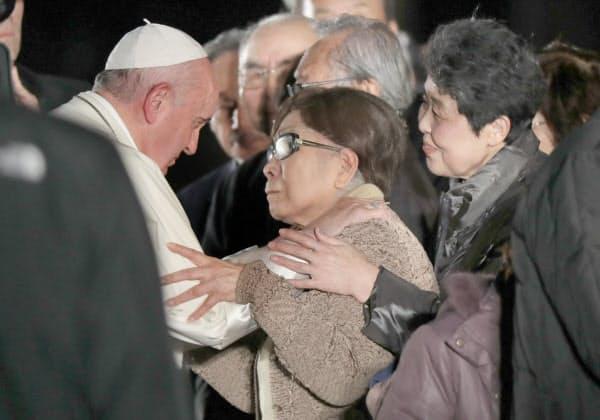 広島平和記念公園で被爆者代表者らにあいさつするローマ教皇フランシスコ(左)=24日夜、広島市中区