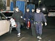 伊藤仁士容疑者の自宅の家宅捜索を終え、引き揚げる大阪府警の捜査員ら(24日夜、栃木県小山市)=共同