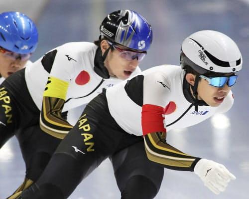男子団体追い抜きで2位となった日本。前から一戸誠太郎、ウイリアムソン師円、土屋陸(24日、トマショフマゾウィエツキ)=AP