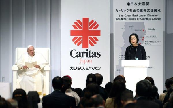 東日本大震災の被災者のスピーチを聞くローマ教皇フランシスコ(左)(25日午前、東京都千代田区)