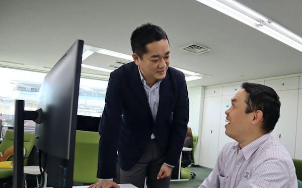 CSS技術開発の大山竜吾社長(左)(東京都多摩市)