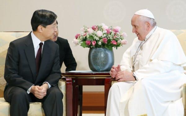 ローマ教皇フランシスコ(右)と会見する天皇陛下(25日、皇居・宮殿「竹の間」)