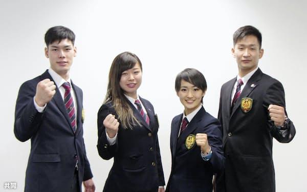 スペインへの出発前、撮影に応じる空手日本代表の(左から)西村拳、植草歩、清水希容、荒賀龍太郎(25日午前、羽田空港)=共同