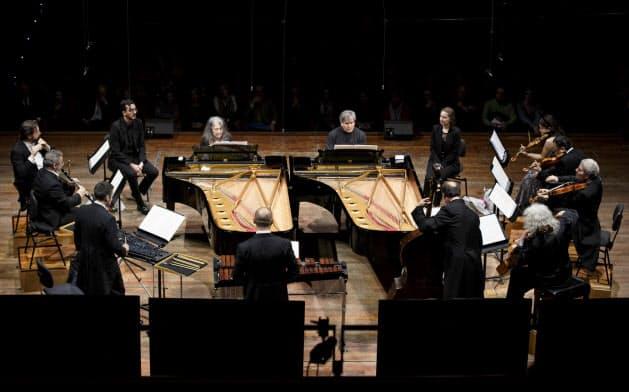 別府アルゲリッチ音楽祭のローマ公演に出演するアルゲリッチ(左ピアノ)、パッパーノ(右ピアノ)ら(2018年12月、イタリア・ローマ)=Musacchio-lanniello-Pasqualini撮影