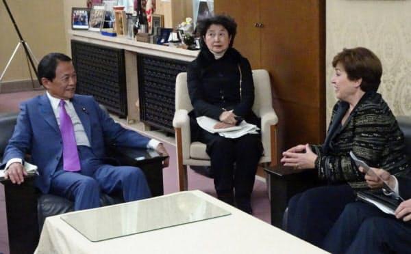 日本経済について協議する麻生財務相(左)とゲオルギエワIMF専務理事(右)