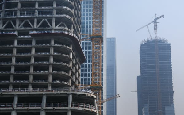 建設が進む北京の高層ビル群(2018年3月)=三村幸作撮影
