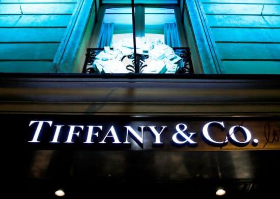 LVMHはティファニーを傘下に入れ時計・宝飾品の客層を広げる(パリ市内のティファニーの店舗)=ロイター