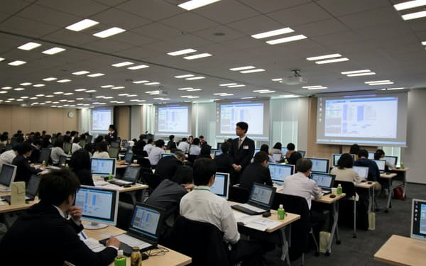 オービックでは、本社内のトレーニングセンターに顧客のシステム利用者を一同に集めて使い方を教える研修を実施している。