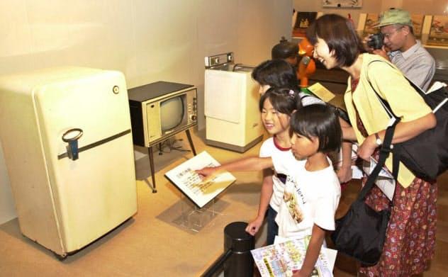 昭和30年代の「三種の神器」を見る親子連れら(江戸東京博物館)