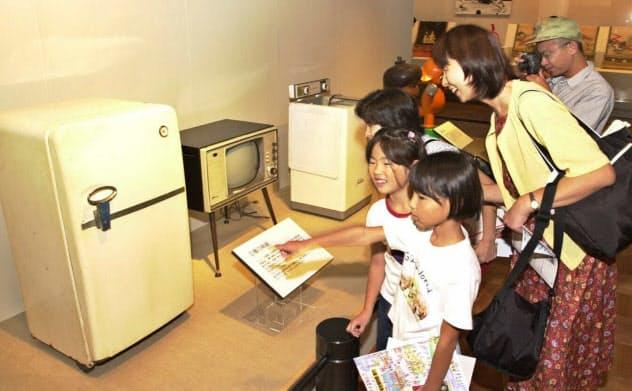 昭和30年代の「三種の神器」を見る親子連れら(29日午前、東京・墨田区の江戸東京博物館)