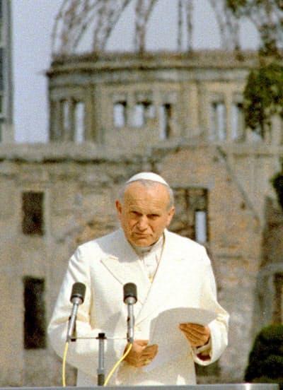 1981年2月、広島市の平和記念公園で平和アピールを読み上げるローマ教皇ヨハネ・パウロ2世=共同