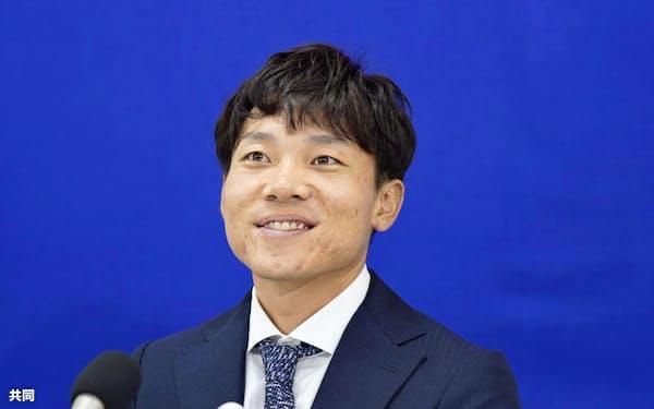 契約更改交渉を終え記者会見する中日・大島(25日、ナゴヤ球場)=共同