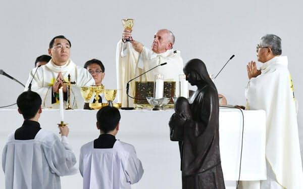 東京ドームでミサを行うローマ教皇フランシスコ(25日、東京都文京区)