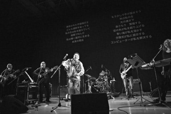 5人のバンド編成。背面のモニターには日本語訳の歌詞が常に映る=Mariko Kurose撮影