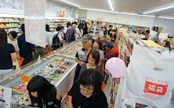 10月に開業した店舗でも多くの買い物客でにぎわった(沖縄県沖縄市)