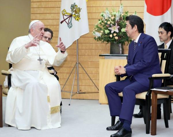 ローマ教皇フランシスコと会談する安倍首相(25日、首相官邸)