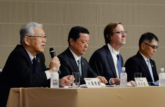 記者会見する旭化成の小堀社長(左)ら(25日、東京・丸の内)