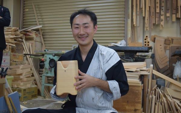 伝統工芸の技を生かしてボトルクーラーを製作した岩田さん(名古屋市の工房)