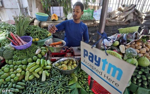 Paytmの利用範囲は露店からネット通販まで幅広い(ムンバイの八百屋)=ロイター