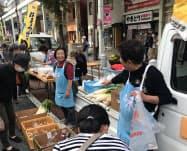 新鮮な野菜や果物などが並んだ(24日、浜松市内)