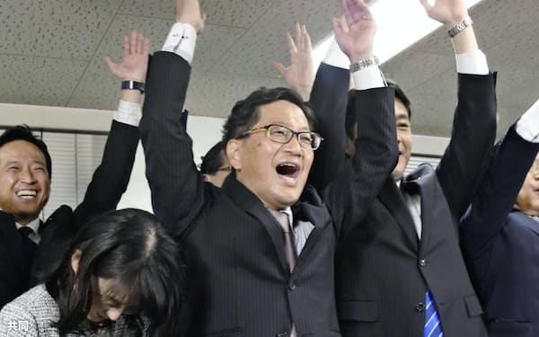 高知県知事選で、当選を決め万歳する浜田省司氏=24日夜、高知市