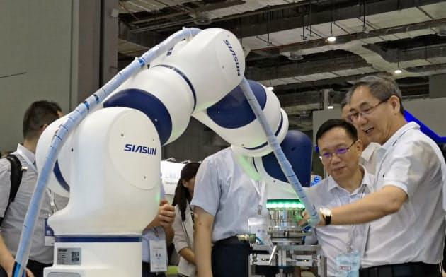 中国ロボット大手の瀋陽新松は政府系研究機関を母体に設立された(7月、上海市の展示会)