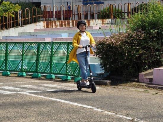 米スタートアップと電動キックボードの試乗会を開くなど、福岡市は規制緩和でシェアサービスを導入できないか模索している(8月、同市東区)