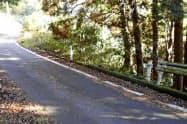 ガードレールが盗まれた奈良市沓掛町の県道(21日)=共同