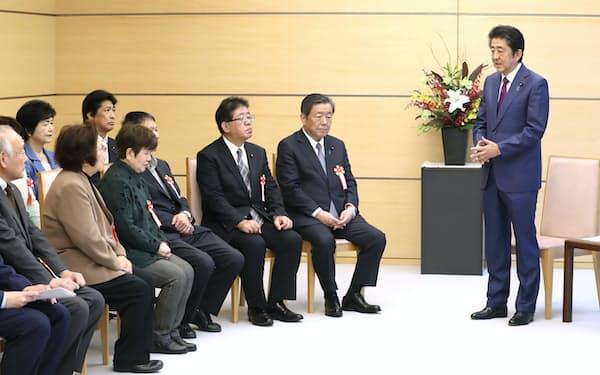 ハンセン病元患者家族訴訟の原告・弁護団と面会する安倍首相(26日、首相官邸)