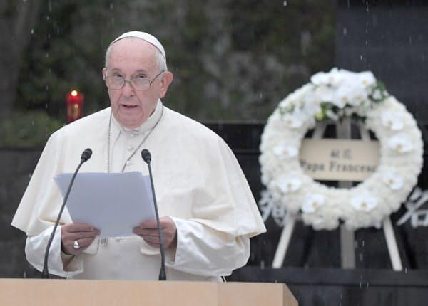 長崎市の爆心地公園で「核兵器に関するメッセージ」を述べるローマ教皇フランシスコ(24日)