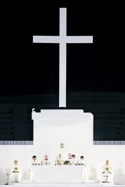 東京ドームで行われた大規模ミサ。壇上中央はローマ教皇フランシスコ(25日、東京都文京区)=共同