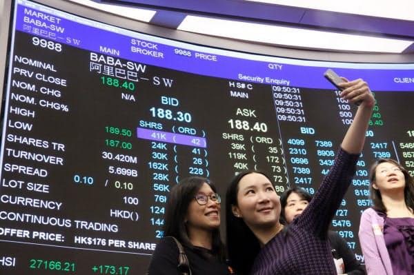 アリババ集団の株取引が始まった香港取引所で記念写真を撮る関係者(26日午前、香港)=石井理恵撮影