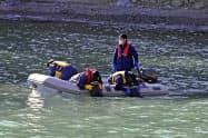 行方不明者の手掛かりを求め、海中を捜索する警察(26日午前、岩手県宮古市)=共同