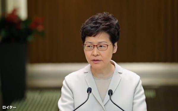 記者会見する香港政府トップの林鄭月娥行政長官(26日、香港)=ロイター