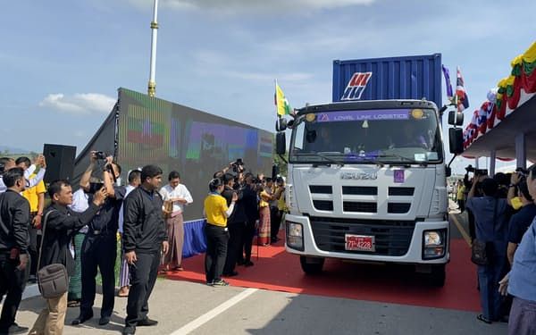 新たに開通した「第2友好橋」を試験走行するトラック(10月、ミャンマー東部ミャワディ)